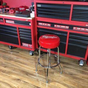 Servante d'atelier rouge avec tiroirs noirs