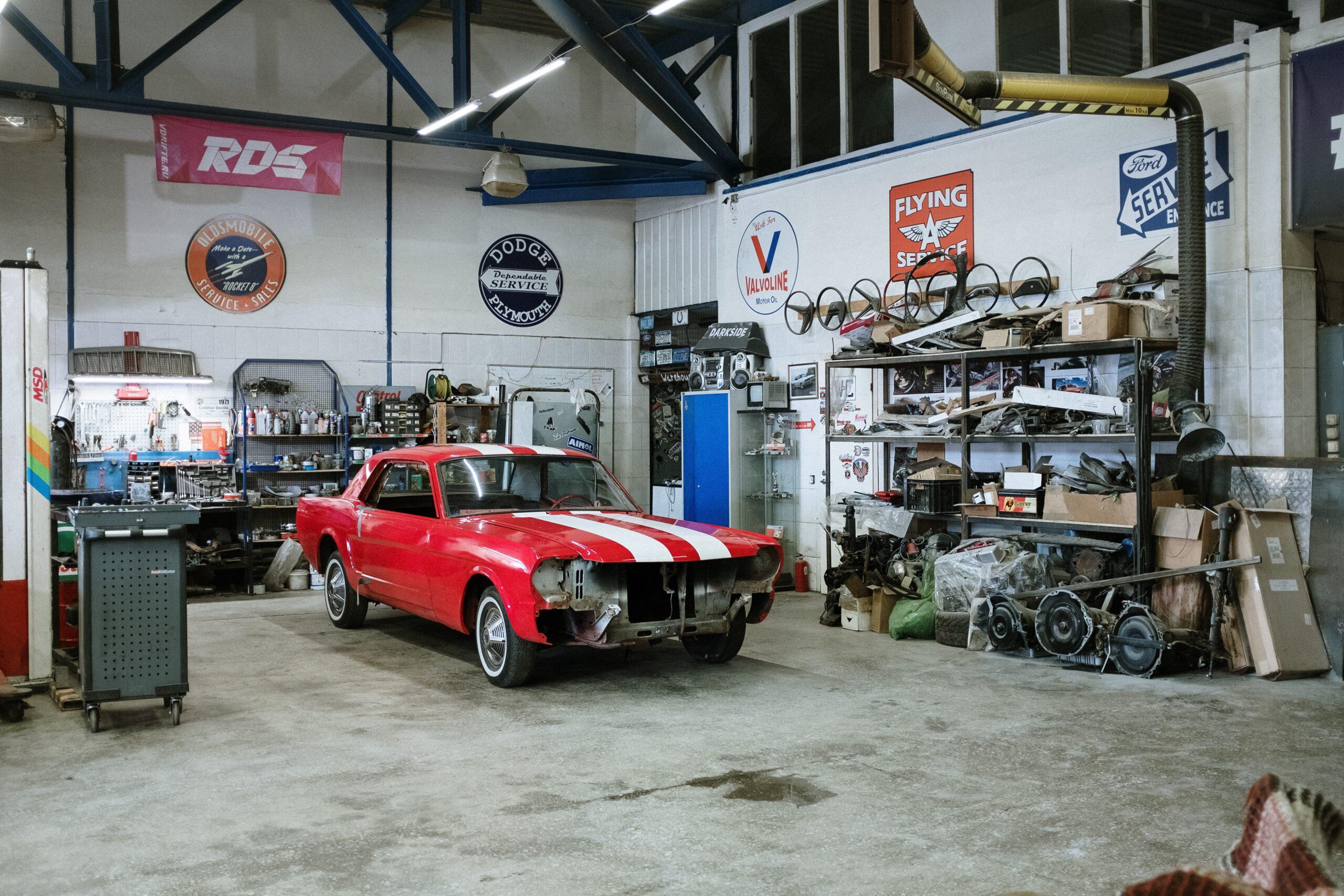 Garage automobile avec outillage, établis et servante d'atelier