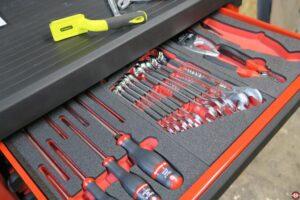 Tiroir servante d'atelier avec gamme d'outils rangés