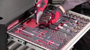 Tiroir de servante d'atelier avec outils