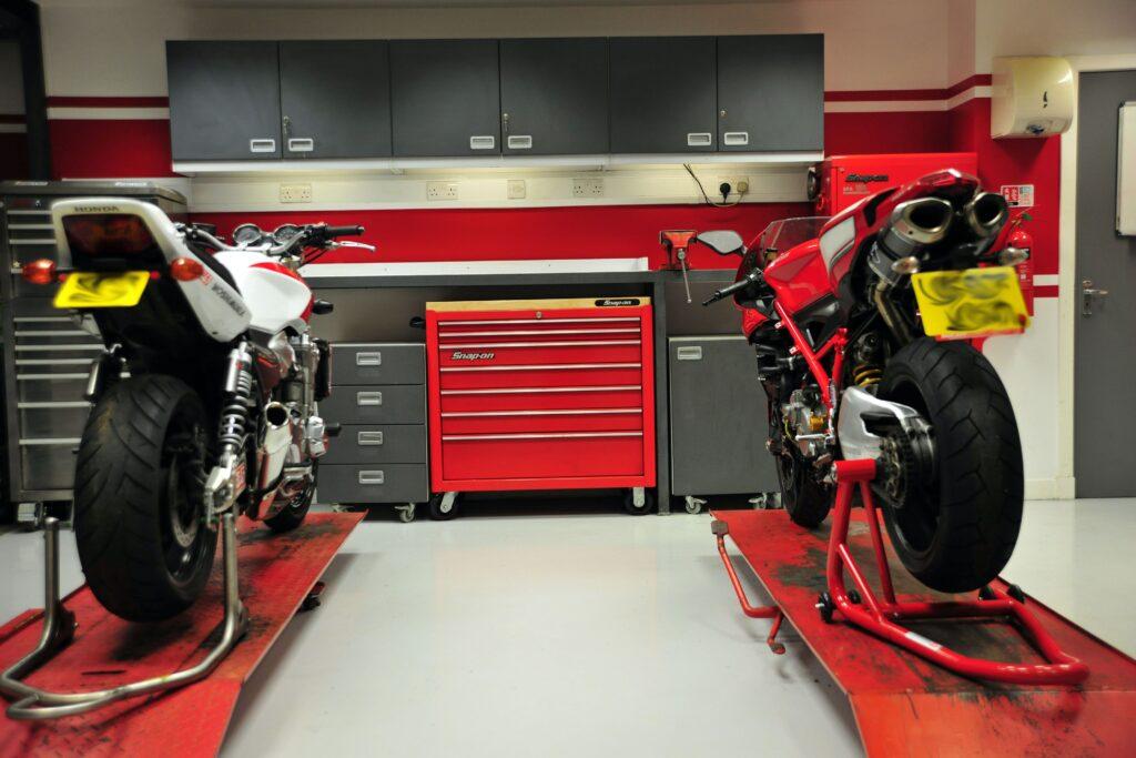 Atelier moto professionnel avec motos sur ponts et servante d'atelier