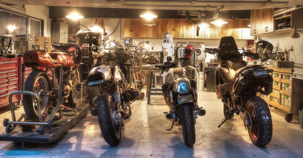 Atelier moto particulier dans garage avec établis et motos
