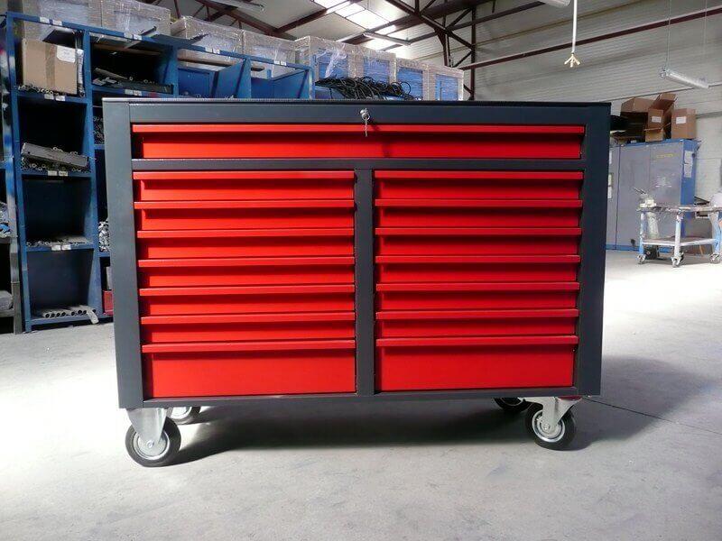 servante d'atelier xxl grise avec 15 tioirs rouges dans hangar